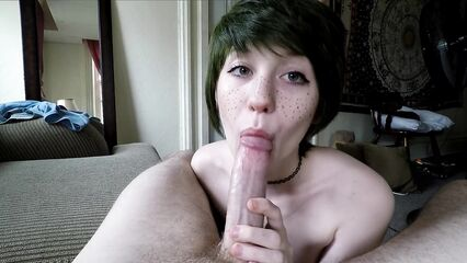 Порно отсос от миленькой брюнетки с веснушками на лице